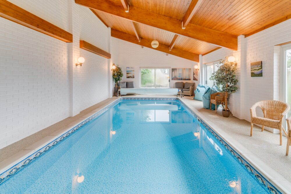 Indoor swimming pool in prime property near High Wycombe