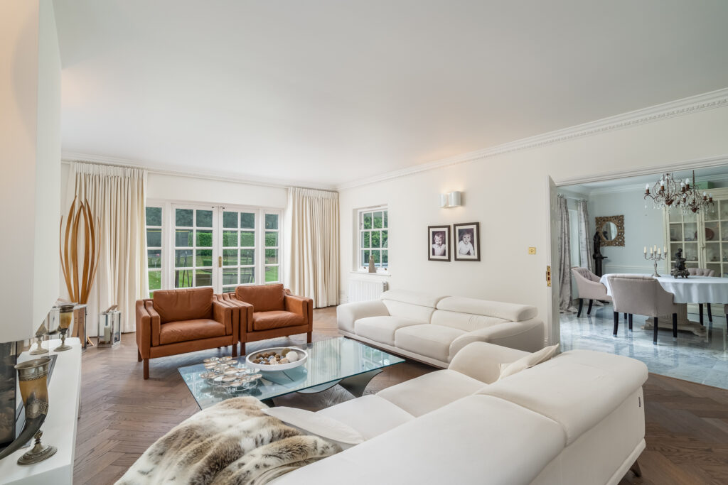 Luxurious living and dining rooms in prime Buckinghamshire commuterbelt property